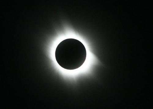 「なぜ日食はなぜ起きるのか?」昼なのに太陽が隠れる皆既日食。その仕組みと滅多に出会えないワケとは?